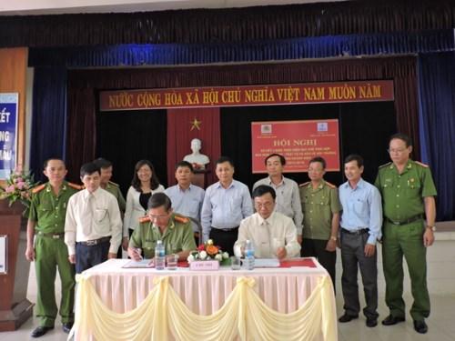 Đại diện lãnh đạo Công an tỉnh và Công ty Điện lực Quảng Nam ký kết quy chế phối hợp đảm bảo an ninh, an toàn hoạt động điện lực trên địa bàn tỉnh. Ảnh: H.P