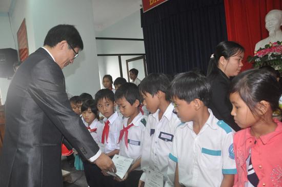 Ông Juan Feng Li - Tổng Giám đốc Ngân hàng Cathay United trao học bổng cho các em học sinh. Ảnh: T.VY