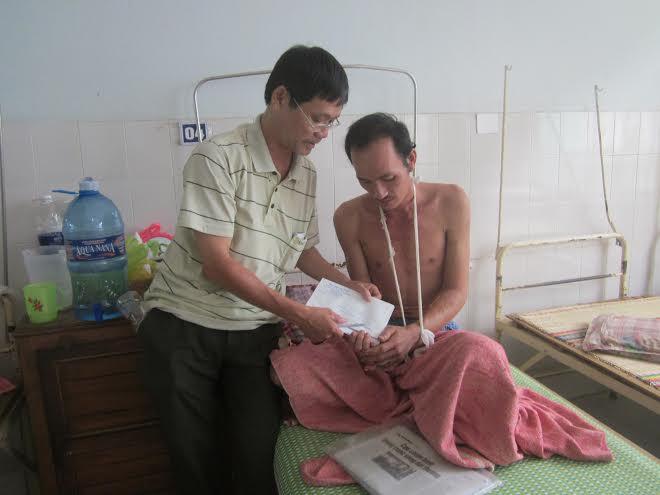 Trao tận tay quà của bạn đọc đến anh Phan Đình Đức, tại Bệnh viện Đa khoa tỉnh.