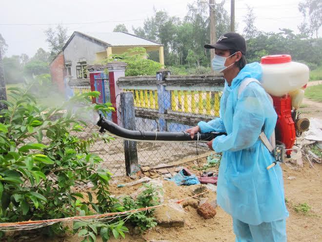 Phun hóa chất diệt trừ muỗi. Ảnh: PHI THÀNH