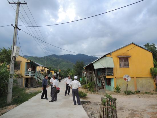 HĐND tỉnh khảo sát đời sống đồng bào tại khu tái định cư thủy điện A Vương (xã Mà Cooih, Đông Giang). Ảnh: L.N