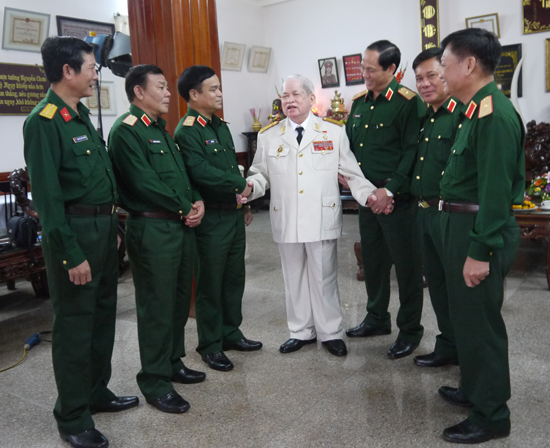 Thượng tướng Nguyễn Chơn (giữa) với Bộ Tư lệnh Quân khu 5.
