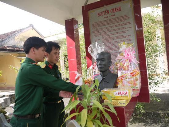 Thế hệ trẻ viếng hương tại Khu lưu niệm đồng chí Nguyễn Chánh. Ảnh: HỒNG VÂN