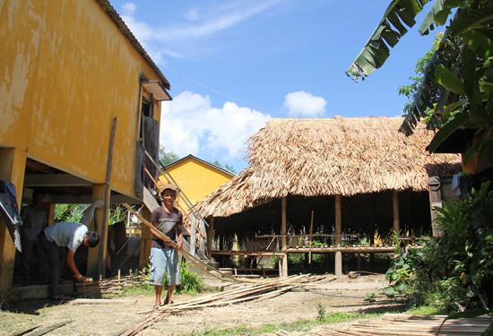 Chưa tìm được đất ở mới, nhiều hộ dân phát sinh ở xã Ma Cooih đành phải dựng tạm nhà sàn để tá túc. Ảnh: NGUYÊN ĐĂNG