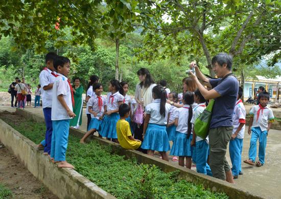 Du khách Nhật Bản thích thú khi trải nghiệm cuộc sống sinh hoạt, học tập tại làng Ta Bhing.
