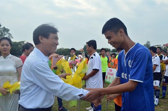 Lãnh đạo Sở VH,TT&DL Quảng Nam trao cờ lưu niệm cho các đội bóng tham dự giải.