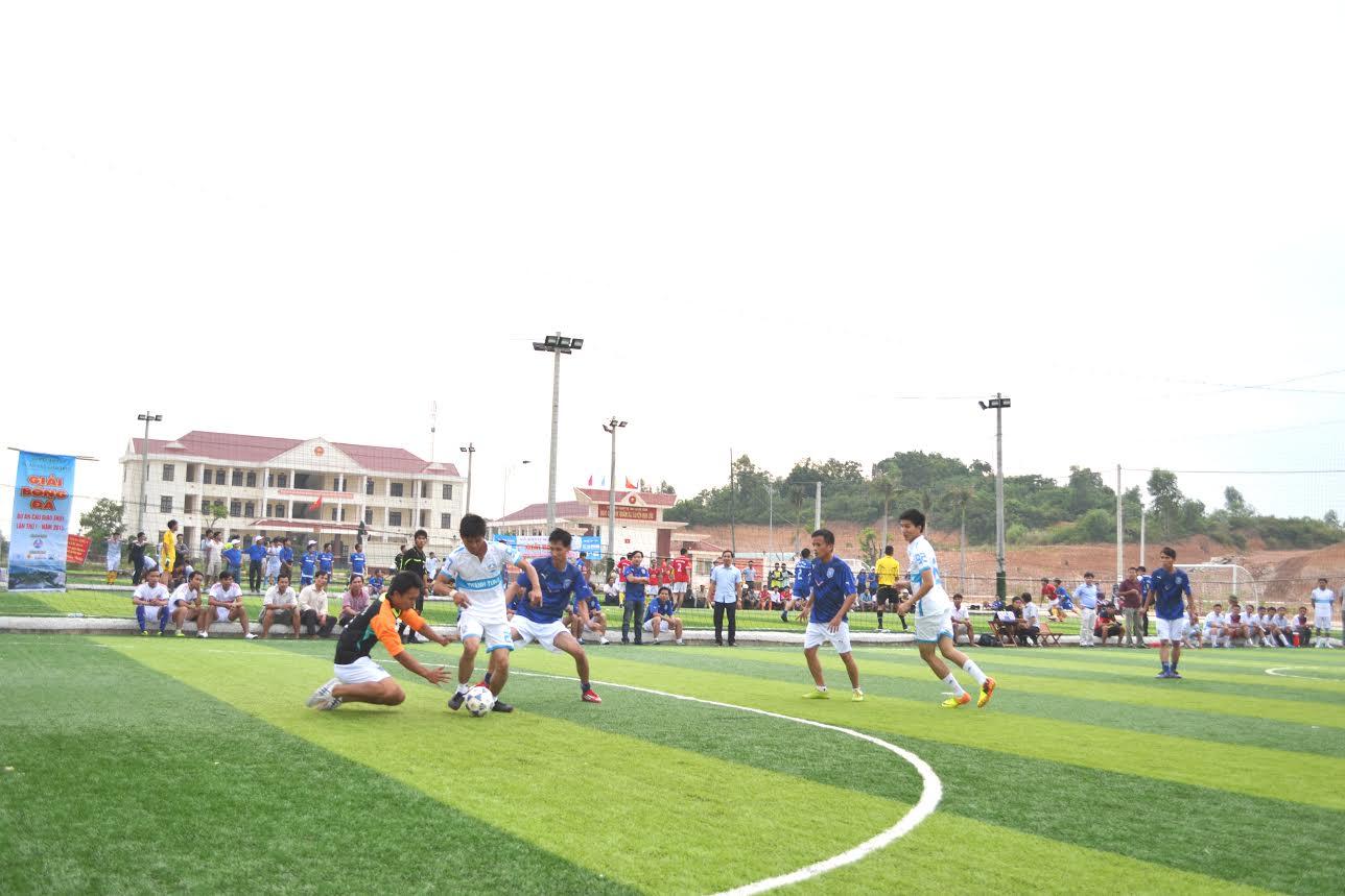 Một pha đi bóng qua thủ môn của cầu thủ đội Thanh Tùng.