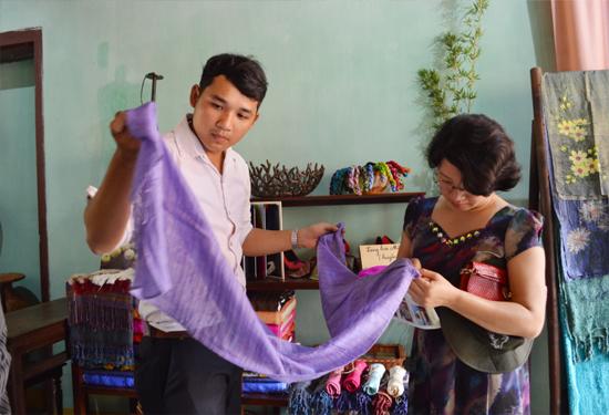 Sản phẩm lụa Mã Châu rất khó cạnh tranh về giá cả với hàng nhập từ nơi khác về. Ảnh: VĨNH LỘC