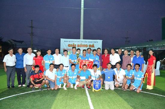 Đội bóng Thanh Tùng nhận cúp vô địch.