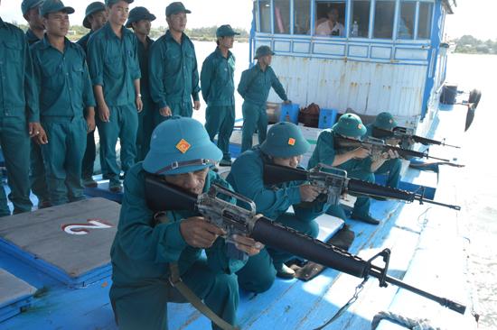 Thuyền viên trên tàu của ngư dân Trần Sành tham gia huấn luyện dân quân biển. Ảnh: D.L