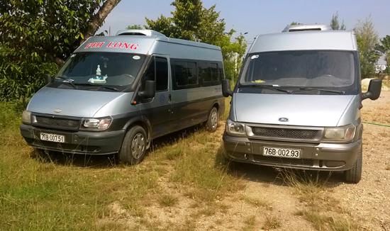Lực lượng CSGT tạm giữ hai chiếc ô tô 16 chỗ do tài xế dùng GPLX giả. Ảnh: VÕ LÊ
