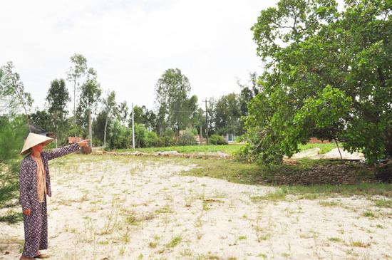 Bà Trần Thị Mãn cho rằng diện tích đất thực tế của hộ bà bị thiếu nhiều so với bìa đỏ được cấp. Ảnh: H.G