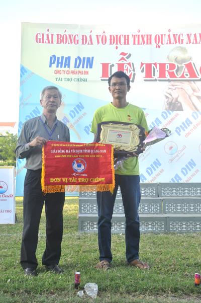 Ông Bùi Anh Tuấn - Chủ tịch HĐQT Công ty CP Pha din (bên phải), đơn vị tài trợ chính cho giải Bóng đá vô địch tỉnh Quảng Nam năm 2015 nhận cờ lưu niệm của Ban tổ chức.