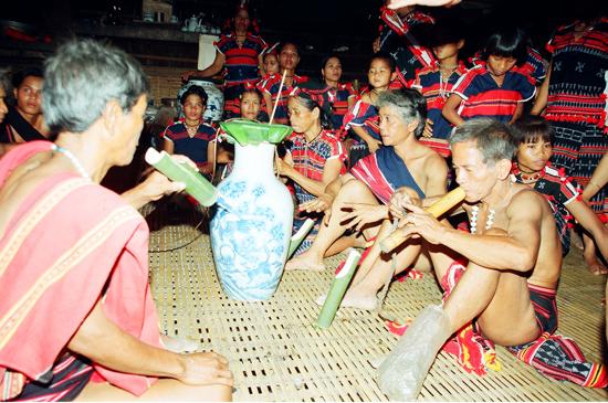 Các già làng gặp nhau trong lễ kết nghĩa và chuẩn bị hát lý.