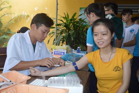 Nhiều doanh nghiệp đã cử nhân viên tham gia hiến máu nhân đạo do Hiệp hội Du lịch Quảng Nam phát động. Ảnh: VĨNH LỘC