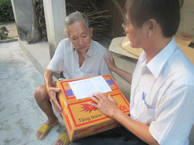 Trao quà cho ông Nguyễn Bưu (gần 90 tuổi).