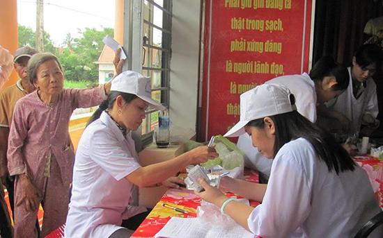 Đoàn từ thiện khám bệnh và cấp thuốc miễn phí tại xã   Duy Thu (huyện Duy Xuyên).