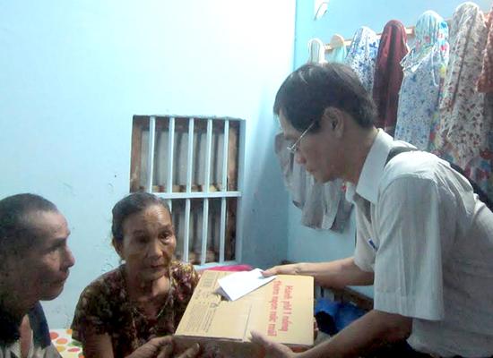 Đại diện gia đình chị Nguyễn Thị Liễu nhận quà tặng  bạn đọc nhờ chuyển.