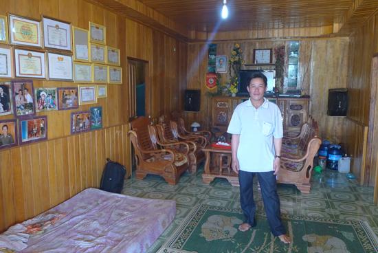 Anh Nguyễn Văn Lượng trong ngôi nhà đầy đủ tiện nghi.