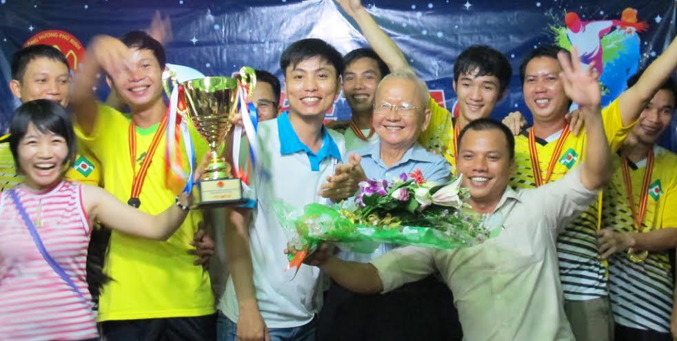 Hội đồng hương Phú Ninh trao cúp vô địch cho đội bóng xã Tam Phước