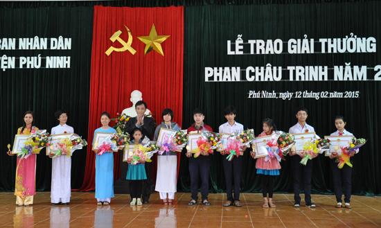 UBND huyện Phú Ninh tặng biểu tượng công nhận giải thưởng Phan Châu Trinh cho học sinh có thành tích kỳ thi cấp tỉnh.