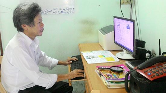 """Ngoài giờ dạy ở trường, thầy Nguyễn Tý dành thời gian cho trường học điện tử """"hocgioithpt.com"""". Ảnh: CHÂU NỮ"""