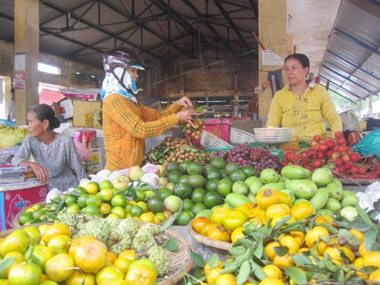 Việc sắp xếp lại chợ Chiên Đàn vừa thuận lợi cho người bán lẫn người mua. Ảnh: VĂN HÀO