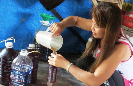 Sản xuất nước mắm theo kiểu truyền thống. Ảnh: TRIÊU NHAN