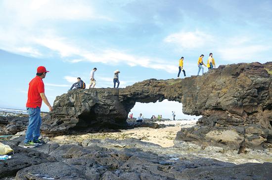 Các thắng cảnh trên đảo Lý Sơn đang thu hút khách du lịch tạo điều kiện lan tỏa đến Quảng Nam.  Ảnh: V.LỘC