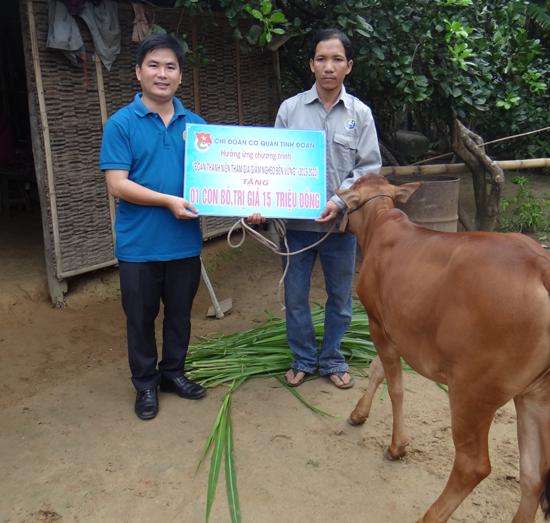 Tác giả trao quà của bạn đọc Báo Quảng Nam hỗ trợ anh Lê Văn Hùng.