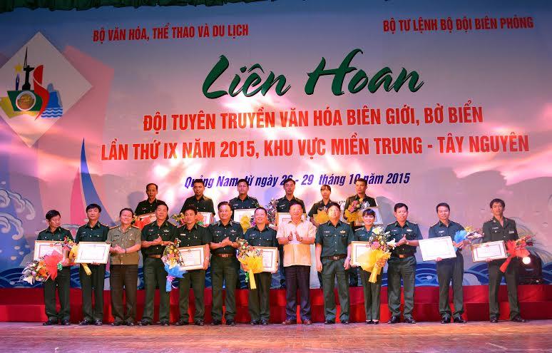 Bộ VH-TT&DL và Bộ Tư lệnh BĐBP tặng bằng khen các đơn vị đạt thành tích xuất sắc tại liên hoan.