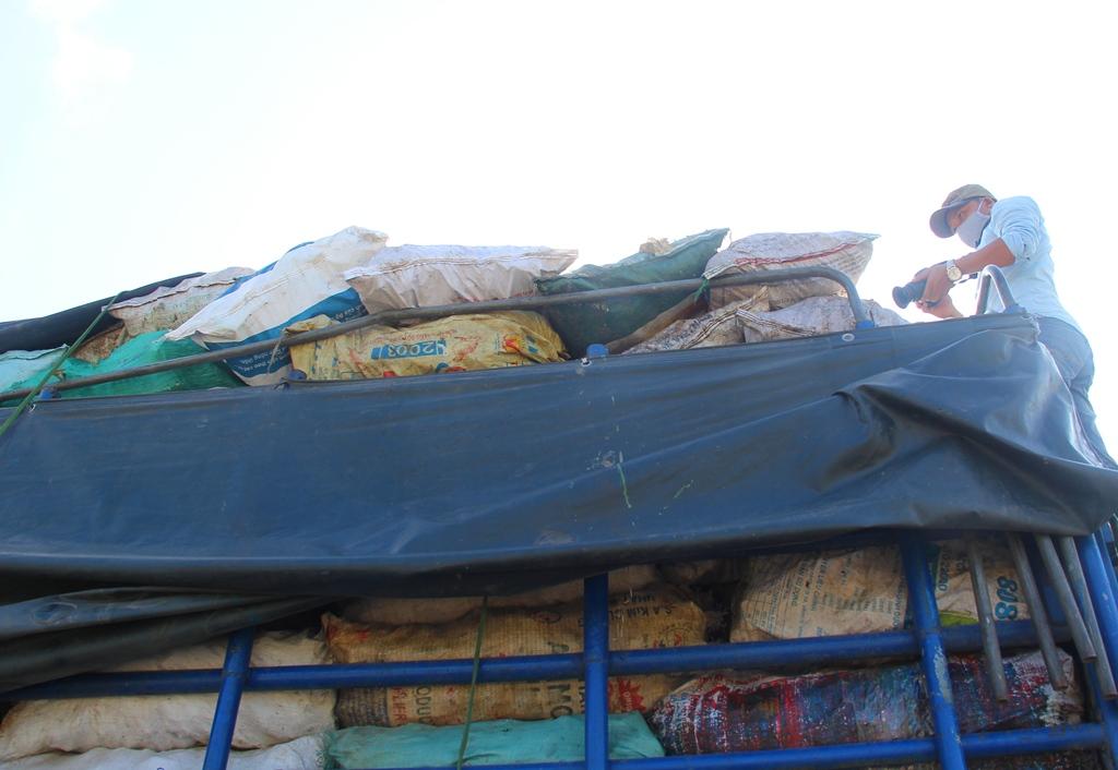 Bên trong xe tải chở hơn 9,3 tấn xương bốc mùi hôi thối, không rõ nguồn gốc. Ảnh: CTV