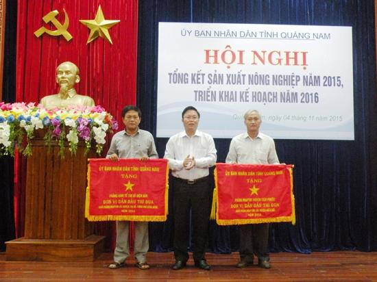 Phó Chủ tịch UBND tỉnh Lê Trí Thanh trao Cờ thi đua cho 2 đơn vị có thành tích xuất sắc.