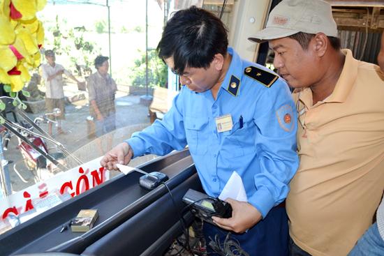 Thanh tra viên kiểm tra thiết bị giám sát hành trình.