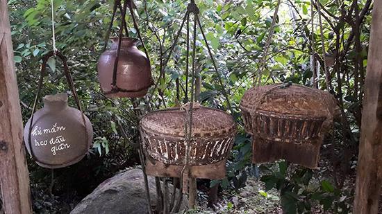 Các hiện vật trưng bày ở Đồng Đình. Ảnh: T.Đ.T