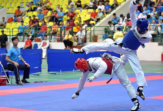Những pha tấn công dũng mãnh của các vận động viên tại giải vô địch Taekwondo toàn quốc năm 2015 diễn ra tại Quảng Nam.
