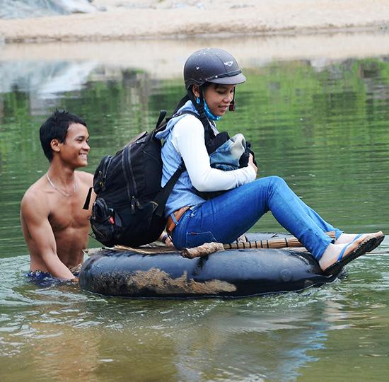 Người dân ở Trà Tập phải vượt sông bằng ruột xe bơm căng nguy hiểm như thế này. Dự án xây dựng cầu treo dù đưa vào kế hoạch năm 2015 nhưng vẫn chưa thi công.