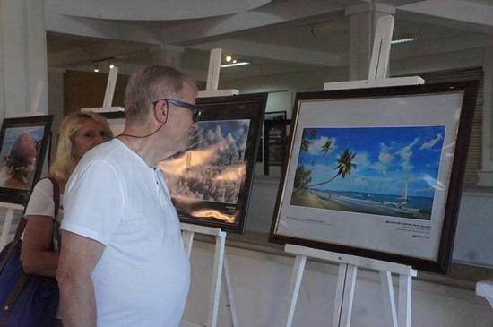Du khách nước ngoài tại triển lãm