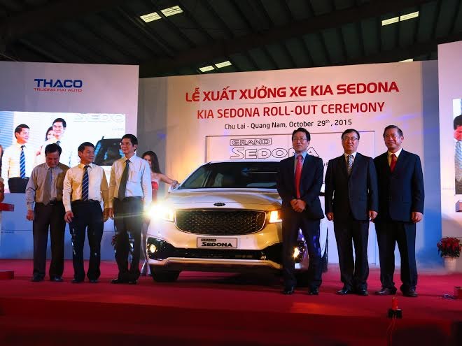 Quang Nam provincial leaders congratulate Thaco on new automobile  model.