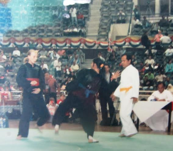 HLV Đặng Thị Thúy (đai xanh) trong 1 trận đấu ở giải Pencak silat vô địch thế giới năm 2000.