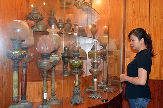 Bộ đèn cổ tại bảo tàng Điện Bàn được đánh giá có thể tạo điểm nhấn cho điểm đến nơi đây. Ảnh: G.KHÀNG