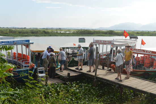 Bến đò Thanh Hà đưa khách tham quan từ làng gốm Thanh Hà sang Triêm Tây (Điện Phương).