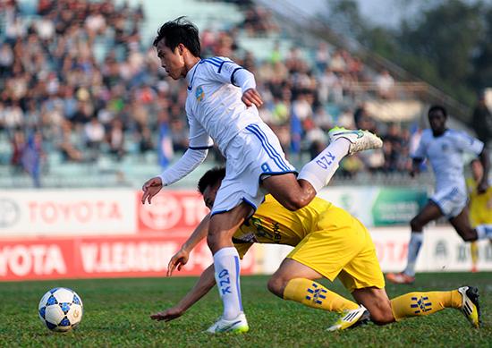 Tiền đạo Hà Minh Tuấn, một trong bốn cựu cầu thủ SHB Đà Nẵng thi đấu thành công trong màu áo QNK Quảng Nam mùa giải vừa qua.