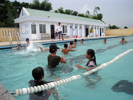 Trẻ em, học sinh hào hứng tham gia các lớp học bơi tại các bể bơi xây dựng theo mô hình cụm trường tại trường THCS Nguyễn Văn Trỗi.