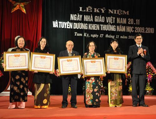 ô giáo Nguyễn Thị Thanh (thứ 2 từ trái sang) nhận danh hiệu Nhà giáo ưu tú. Ảnh: NVCC