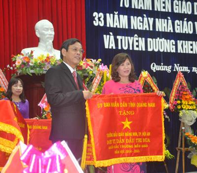 Trưởng Ban Tuyên giáo Tỉnh ủy, Phó Chủ tịch UBND tỉnh Nguyễn Chín tặng cờ thi đua xuất sắc của UBND tỉnh cho Trường Mẫu giáo Măng Non (Hội An)