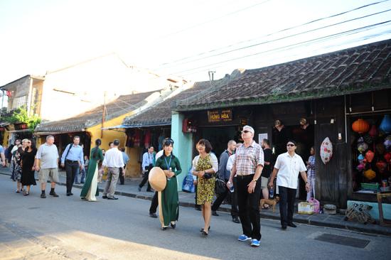 The Czech delegation visits Hoi An ancient town.