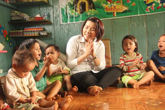 Cô Trần Thị Bích Thoa cùng học trò sinh hoạt trong lớp học mới. Ảnh: D.THÙY