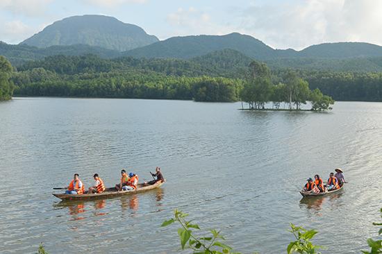 Hồ Đồng Xanh – Đồng Nghệ. Ảnh: GIA KHANG