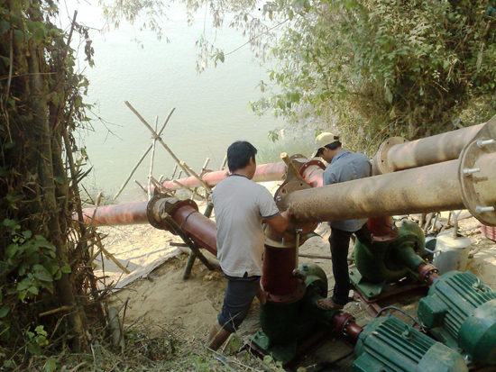 Lắp đặt máy bơm chống hạn tại thôn Thu Bồn Tây (xã Duy Tân, huyện Duy Xuyên) ngay từ đầu vụ đông xuân 2015 - 2016. Ảnh: VĂN SỰ